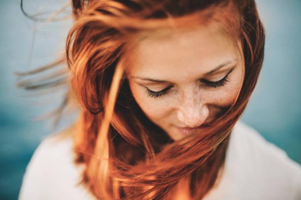 porträtt av en glad kvinna rödhårig hösten bra hudvård
